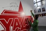自身初の展示会『俺 矢沢永吉』に初来場しサインを残す矢沢永吉