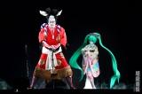 舞台正面にある2つのスクリーンによって、中村獅童と初音ミクのドラマチックな共演が実現する(C)超歌舞伎