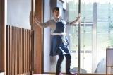5月10日放送、『家政夫のミタゾノ』第4話より。依頼人の家の秘密を探る恩田萌(川栄李奈)(C)テレビ朝日