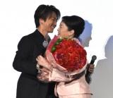 母の日のサプライズで松坂慶子にカーネーションを渡したTAKAHIRO(左) (C)ORICON NewS inc.