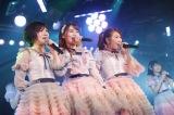 「三銃士」で「君だけにChu!Chu!Chu!」を披露(左から)岡田奈々、小嶋真子、西野未姫(C)AKS