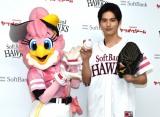 ハニー(左)と笑顔でポーズを決める岡田健史