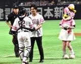 甲斐拓也選手と握手を交わす岡田健史