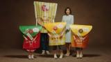 ファミリーマートの新TVCM「ポケチキ 新しいファミリー 篇」より。木村多江とファミチキ先輩、3つ子のポケチキの家族写真