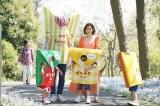 ファミリーマートの新TVCM「ポケチキ 新しいファミリー 篇」より。3つ子たちとお散歩する木村多江とファミチキ先輩のメイキングカット