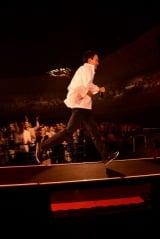 71歳にしてなおステージを走り回る小田和正 Photo by 菊地英二