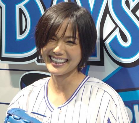始球式後の囲み取材で笑顔を見せる相川七瀬 (C)ORICON NewS inc.