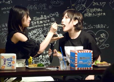 """ゆうなぁの""""あ〜ん""""にファンも大喜び=『AKB48 ダイスキャラバン「サイコロステーキ〜ファイナル〜」』のリアルイベント (C)ORICON NewS inc."""