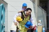 5月16日放送、『緊急取調室』第6話。天海祐希演じる有希子とともに玉垣松夫(塚地武雅)も保育園に潜入(C)テレビ朝日(C)テレビ朝日