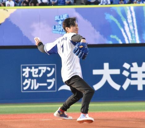 初めて始球式を行った大沢樹生=横浜DeNAベイスターズ対中日ドラゴンズ戦 (C)ORICON NewS inc.