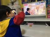 テレビに映るパパ・りゅうちぇるに手を振るリンクくん(写真はオフィシャルブログより)