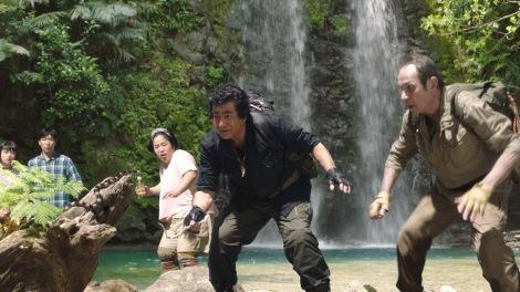 宇宙人・ジョーンズとの同級生コンビで息の合ったアクションを披露する藤岡弘、
