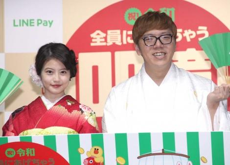 今田美桜(左)を前に直視できず照れていたHIKAKIN(右)=『LINE・LINE Pay』記者発表会 (C)ORICON NewS inc.