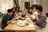 5月18日放送、土曜ナイトドラマ『東京独身男子』第5話より。太郎(高橋一生、手前左)の手料理が並ぶ食卓にも注目(C)テレビ朝日