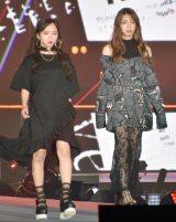 『Rakuten GirlsAward 2019 SPRING/SUMMER』に登場した(左から)日向坂46・齊藤京子、高本彩花 (C)ORICON NewS inc.