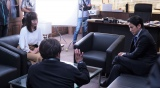 テレビ朝日・島本真衣アナウンサーが『白い巨塔』第三夜(5月24日放送)に出演。岡田准一演じる財前五郎にインタビューするアナウンサー役(C)テレビ朝日
