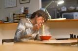 """ひとり""""サッポロ一番""""で幸せな表情を浮かべるケンジ(C)「きのう何食べた?」製作委員会"""