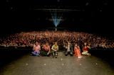 ドラマ『パーフェクトワールド』のスペシャルイベントに集まった3000人のファンの前で笑顔を見せるキャスト陣(C)カンテレ