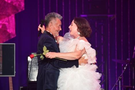80歳記念ディナーショーでロザンナ(右)とデュエットした中村泰士