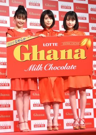 ロッテ「ガーナミルクチョコレート」の新CMキャラクターに就任会見に出席した(左から)久間田琳加、浜辺美波、山田杏奈 (C)ORICON NewS inc.