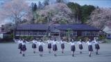 桜咲く頃、学校を舞台に制服でダンス