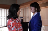 5月23日放送、『科捜研の女』第6話より。マリコ(沢口靖子)と後妻業の女・聡美(鶴田真由)が女の幸せをめぐって激論を交わす(C)テレビ朝日