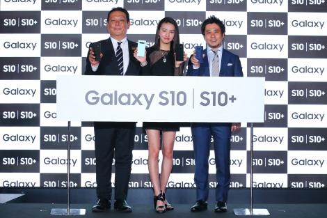 『Galaxy S10』のPRイベントに参加したKoki, (中央)
