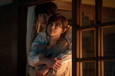 5月24日放送、ドラマ10『ミストレス〜女たちの秘密〜』第6話より。香織(長谷川京子)は亡き恋人の息子・貴志(杉野遥亮)と結ばれて(C)NHK