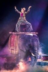 「Happy Birthday to You 〜ヴィーナスの誕生」はロボット象に乗って歌唱 Photo by 田中聖太郎