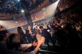 ファンの歓声に応えながらステージを後にするユーミン Photo by 田中聖太郎