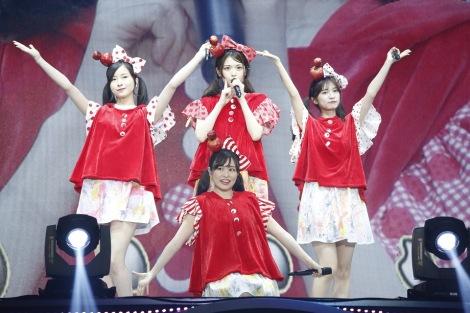 さゆりんご軍団のユニット曲では24日に卒業した伊藤かりん(前列中央)がサプライズゲストとして登場
