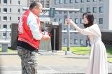 『わたし、定時で帰ります。』第7話に出演するTKO・木下隆行と吉高由里子 (C)TBS