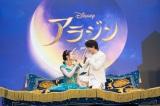 魔法のじゅうたんで「大阪を飛んだね!」ディズニー映画『アラジン』大阪プレミアイベントで名曲「ホール・ニュー・ワールド」を披露した中村倫也と木下晴香(C)2019 Disney Enterprises, Inc. All Rights Reserved.