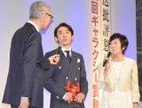 『第55回ギャラクシー賞授賞式』に出席した高橋一生(中央) (C)ORICON NewS inc.