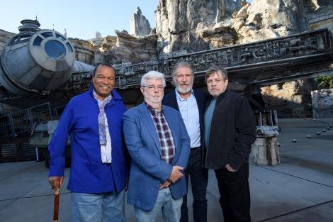 『スター・ウォーズ:ギャラクシーズ・エッジ』にレジェンドが集結(左から)ビリー・ディー・ウィリアムズ、ジョージ・ルーカス、ハリソン・フォード、マーク・ハミル(C)Disney/Lucasfilm Ltd. (C) & TM Lucasfilm Ltd.