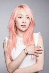 ピンクの髪にブルーのネイルが鮮やかなニコル