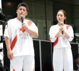 2020年東京五輪・パラリンピックの聖火リレーの公式ユニフォームを着用するサンドウィッチマンの富澤たけし、石原さとみ (C)ORICON NewS inc.