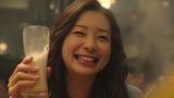はじける笑顔の足立梨花、『キリン一番搾り生ビール』の新TVCMに出演