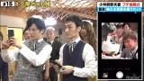 ケーキカットの瞬間を写真にとる稲垣吾郎&草なぎ剛 (C)AbemaTV