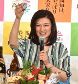 日本酒で乾杯する島崎和歌子 (C)ORICON NewS inc.