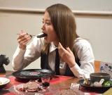 限定メニューを恐る恐る試食する山本舞香=『東京喰種:re CAFE』の内覧会 (C)ORICON NewS inc.