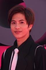 19年4月に開催された国際ドラマの祭典『カンヌシリーズ』のピンクカーペットに登場した志尊淳 (C)カンテレ