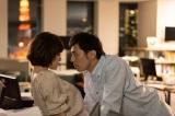 週末のオフィスで不倫する宗一(袴田吉彦)とあかり(筧美和子)(C)ABCテレビ