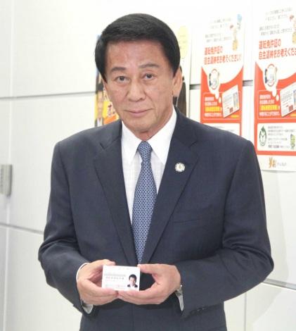 運転経歴証明書を受け取った杉良太郎=東京・鮫洲運転免許試験場を訪れ運転免許証を返納