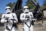 『スター・ウォーズ:ギャラクシーズ・エッジ』レジスタンスを捜してエリア内をうろうろしているストーム・トルーパー(C)Disney/Lucasfilm Ltd. (C) & TM Lucasfilm Ltd.