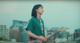 のん新曲「涙の味、苦い味」MVより