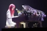 ピンク髪でピアノを弾くキム・ミンジュ