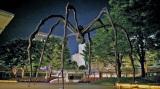 ナビゲーターの松尾スズキが気になっていた、高さ10メートルの巨大な蜘蛛のオブジェ。ルイーズ・ブルジョワ作「ママン」。六本木ヒルズ森タワーの正面広場に設置されている(C)BS朝日
