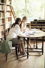 『週刊少年マガジン』28号の表紙を飾った欅坂46・菅井友香(左)と土生瑞穂