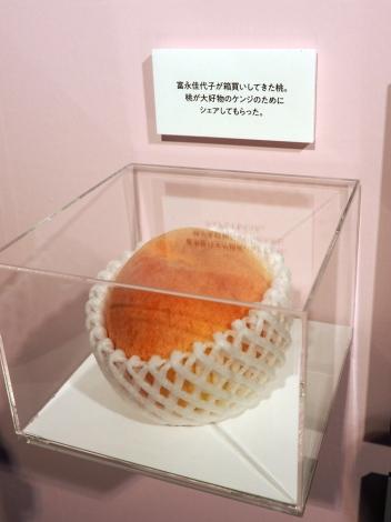 第8話に登場した桃(食品サンプル)=『きのう何食べた?』展、開催中 (C)ORICON NewS inc.